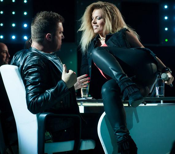 Cserpes Laurának is sikerült zavarba hoznia, amikor feszes bőrnadrágban felmászott elé az asztalra.