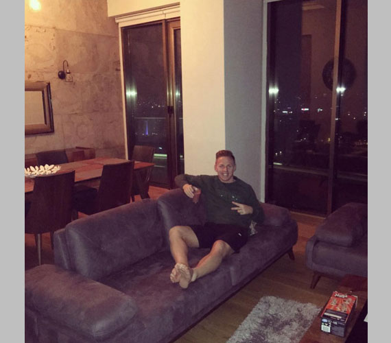 Márványfalak, hatalmas ablakok és tágas nappali-étkező, ami minimalista, kényelmes bútorokkal berendezett. Nem csoda, hogy Dzsudzsák Balázs szeret az óriási kanapén ejtőzni.