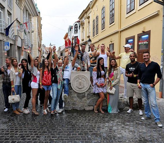 Pécsi látogatásuk alkalmával derűs hangulatú délutáni séta során ismerkedtek meg a város nevezetességeivel, majd a Zsolnay negyedbe tartottak, az esti parti helyszínére.
