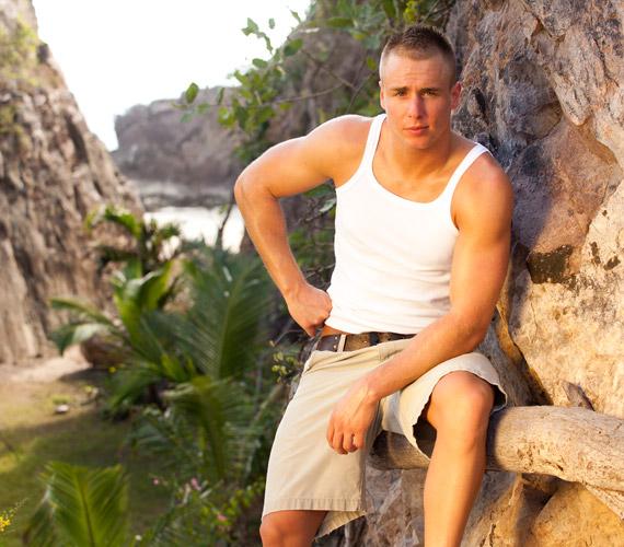 Ádám 22 éves, úszó, négy éves korában tanult meg úszni, számára ez nemcsak egy sport, hanem életforma, szabadnak érzi magát tőle és kikapcsolja.                         Ő volt az Éden Hotel 2 első kiesője: a kaktuszceremónián a lányok döntése következtében azonnal távoznia kellett.
