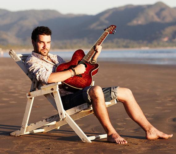 Tamás 26 éves, közel 10 évvel ezelőtt kezdett el komolyabban foglalkozni a zenéléssel és mára olyan szerencsésnek mondhatja magát, hogy ebből meg is tud élni. A nagyközönség számára az Indygo nevű zenekar gitárosaként vált ismertté.