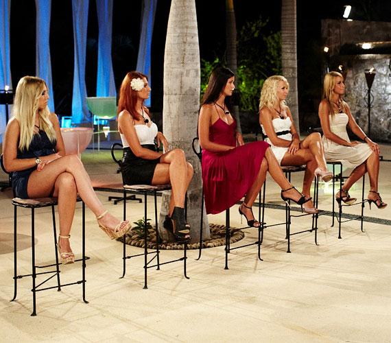 A lányok is kitettek magukért: csinos ruhában és tűsarkúban vonultak székeikhez, a smink azonban nem mindenkinek sikerült.