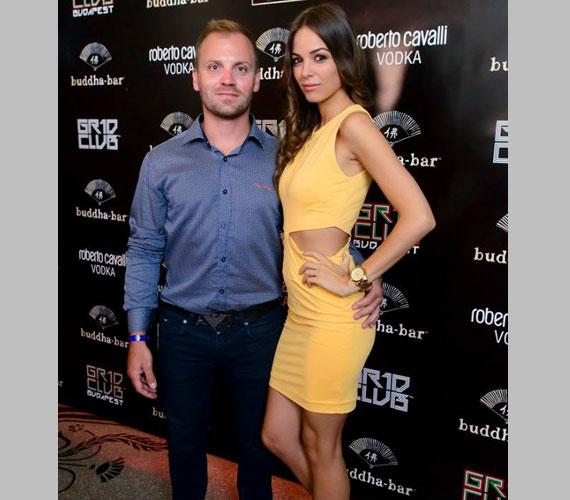 Talmácsi Gábor motorversenyző már több mint két éve él együtt gyönyörű modell barátnőjével, Mónikával - a partira természetesen vele érkezett.