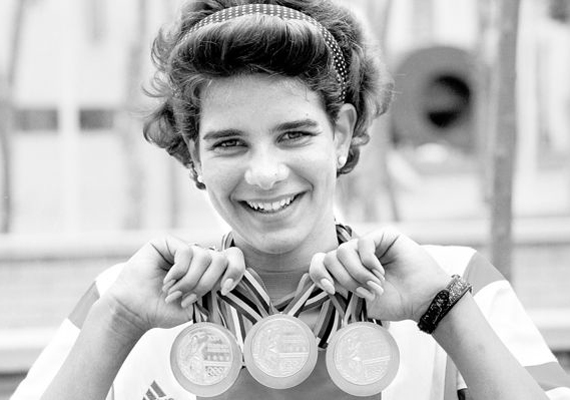 Barcelonában 100 és 200 méter háton, valamint 400 méter vegyesen nyert aranyat.