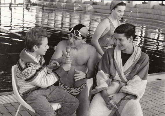 1989-ben Egerszegi Krisztina látja vendégül a Kölyökidő stábját az uszodában: Acél Rékával úszott egy jót, Dombóváry Kristóf maradt az utcai ruhájában, Gaskó Balázs pedig már a vízbe készült.