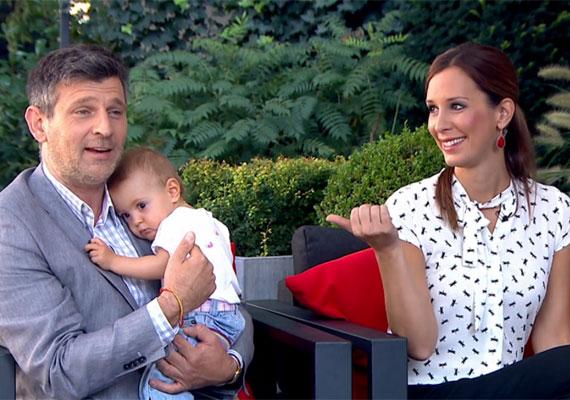 A Mokka férfi műsorvezetője odáig volt attól, milyen édesen bújik hozzá a 15 hónapos csöppség, mire Madár felvilágosította: ez csak azért van, mert Grétike nagyon álmos.