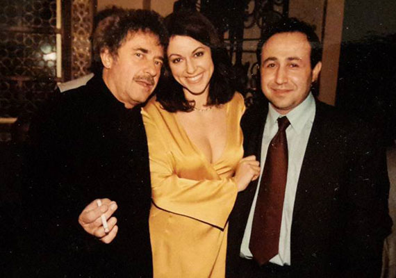 Egy tíz évvel ezelőtti fotón két tévés kollégájával Jordániában. Erdélyi Mónika aranyszínű ruhája kihívó, de a jó ízlés határain belül maradt.