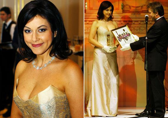 2004 decemberében, a hatodik Story-gálán egy merészen dekoltált estélyiben vehette át díját - ekkor még az RTL Klub műsorvezetője volt.