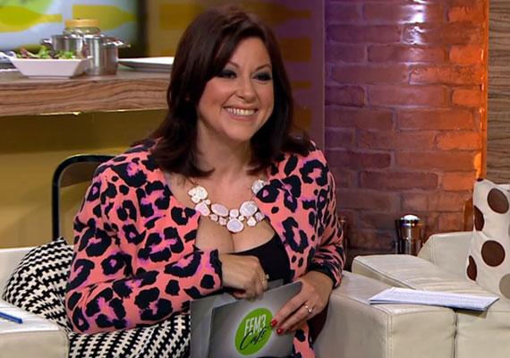 Erdélyi Mónika, aki idén ősztől már a FEM3 Café hivatalos műsorvezetője a november 11-i adásban merész dekoltázzsal szerepelt a képernyőn.