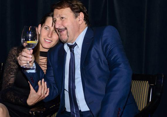 Szerednyei Béla korábbi rajongóját, a több mint tíz évvel fiatalabb Szilviát vette feleségül. A pár 2014-ben, titokban kötötte össze az életét.