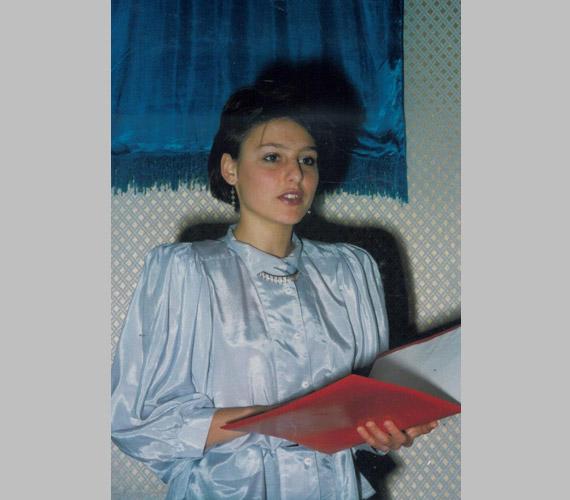 """""""Tyű, ez valamikor 1987-ben készülhetett egy esküvőn. Szavaltam és orgonáltam polgári esküvőkön, ami azért is jó volt, mert egy kis városban mint Szigetvár mindenkit ismersz, és egy kicsit mindenkinek ott voltam az esküvőjén. És ebből volt a zsebpénzem is!"""" - írta a Facebook-oldalán posztolt tinikori fotóhoz."""