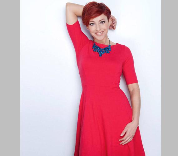 Erős Antónia egy címlapfotózáson viselte ezt a piros ruhát - nagyon tetszett neki, a közösségi oldalán az idei évben ezt az egy fotót posztolta magáról mostanáig.