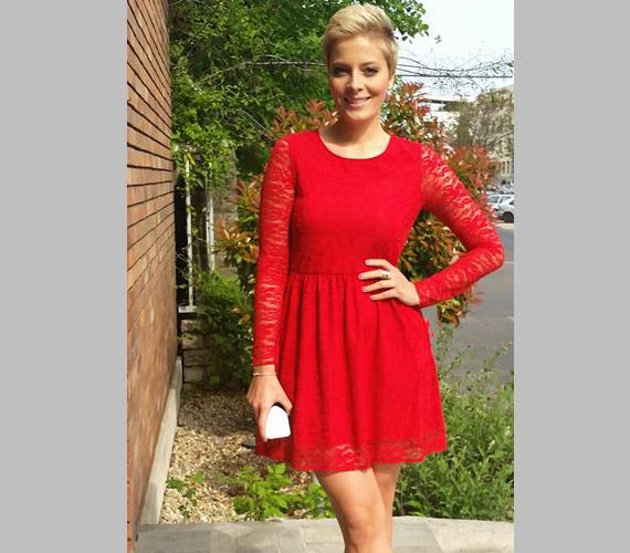 Tatár Csilla, a Mokka műsorvezetője piros csipkeruhájában a TV2 székháza előtt pózolt egy verőfényes tavaszi napon.
