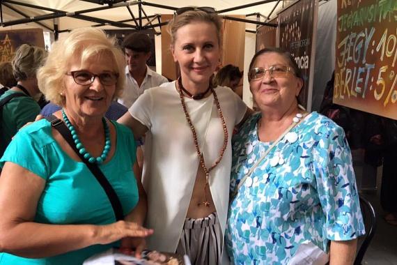 Eszenyi Enikő egy kulturális rendezvényre látogatott el édesanyjával - jobbra - és annak barátnőjével, Marikával. Most már tudjuk, az 55 éves színésznő honnan örökölte jó génjeit és csodás bőrét.