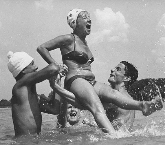 A mindig derűt árasztó, mosolygós Esztergályos Cecíliáról 1964-ben készült ez a vidám felvétel. Az Álmodozások kora című film egyik jelenetében Bujtor Istvánnal és Bálint Andrással mókázik a vízben.