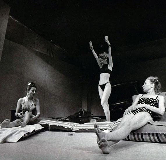 Pap Vera, Eszenyi Enikő és Törőcsik Mari 1988-ban a Pesti Színházban, a Horvai István rendezte Kozma című darabban.