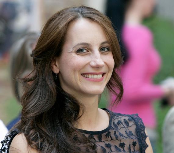 Balla Eszter 1980-ban született, és számos magyar színház színpadán megfordult már, de olyan népszerű filmekben is láthatták a nézők, mint a Kontroll és a Szezon. Kislányos külseje ellenére már két gyermek édesanyja, Emma 2008-ban, Adél pedig 2014-ben született, férje Garas Dániel, Garas Dezső színművész fia.