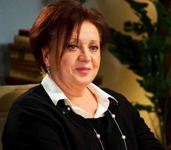 Csákányi Eszter Kossuth és Jászai-díjas színművésznő 1953-ban született, és a Nemzeti Színház stúdiósaként kezdte a karrierjét. 1973-tól 19 éven át a kaposvári Csíky Gergely Színház társulatának volt a tagja, ahova idén áprilisban meghívott vendégként visszatért Osztrovszkij: Jövedelmező állás című darabjában. Rengeteg filmben játszott, utoljára 2013-ban, a Swing című zenés vígjátékban, de a Terápia című sorozatban is szerepel.