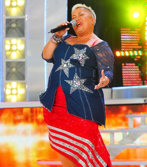 Trikolór  A Nagy Duett amerikai témájú produkciójára Mariann trikolórba öltözött, a zászló színeinek és mintáinak egyedi felhasználása a fellépőszerelésen az ő fejéből pattant ki.  Kapcsolódó cikk: Már több mint 30 kilót ledobott! Falusi Mariann látványosan megváltozott »