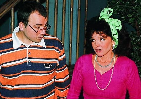 A '90-es évek elején újdonságnak számító szappanoperával berobbantak a köztudatba a Família Kft. szereplői. Kövér Vili édesanyját, Hajnalkát Dzsupin Ibolya alakította.