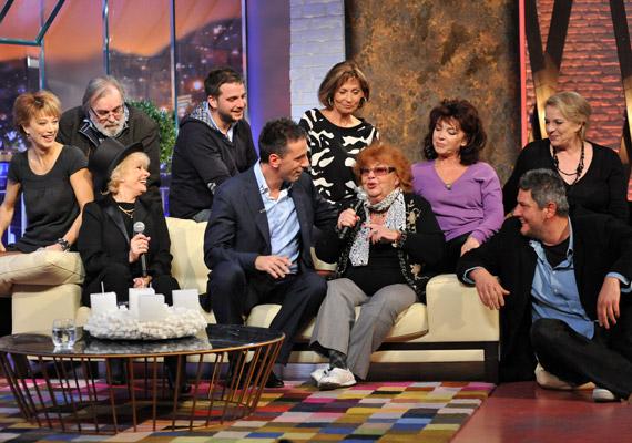 Az első magyar sitcom tagjai, köztük Esztergályos Cecília, Lorán Lenke és Xantus Barbara a műsorban felidézték legszebb közös emlékeiket.