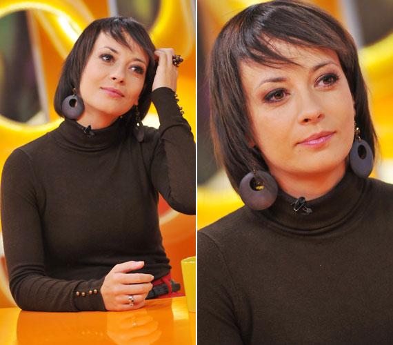 Februárban még ezzel az egyenesre vasalt frizurával vett részt a Csak Csajok műsorában. Köztudott, hogy a rövid frizura fiatalít, bár sokak szerint nem olyan nőies, mint a hosszú haj. A színésznő erre rácáfolt.