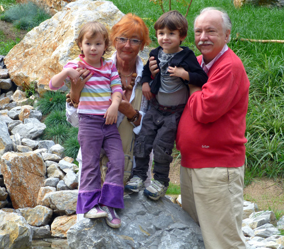 Rögtön két unokával gyarapodott a család: az ikrek, Flóra Katalin és Dániel Zsigmond 2008. november 15-én jöttek a világra.