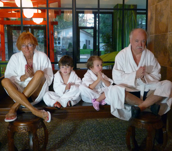 A kicsik gyakran tartanak a nagyszülőkkel egy-egy kisebb nyaralásra, ezúttal a noszvaji családbarát erdei szállodában lazítottak.