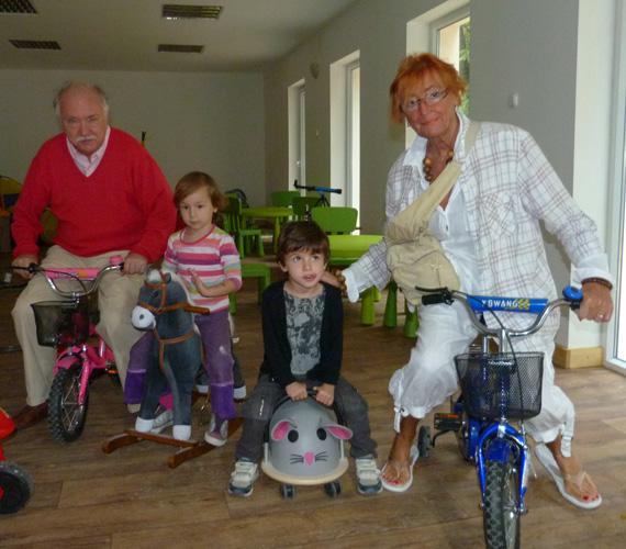 Unokáik kedvéért még biciklire is pattannak.