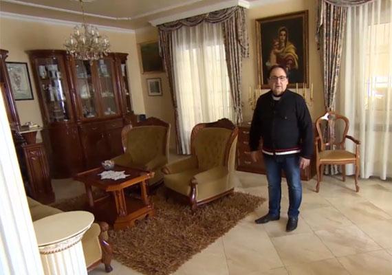 A Fásy család ebben a pazar nappaliban gyűlik össze, itt beszélik meg, kivel mi történt.