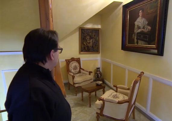 Az emeleten található felesége, Marika kedvenc kis kuckója, a gobelinekkel díszített kis ülősarok.