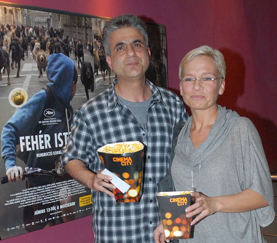Bárdos András felesége, Máté Krisztina társaságában tekintette meg a filmet. A sztárpár szinte összeöltözött, mindketten a sportosabb-lazább szerelés mellett tették le a voksukat.