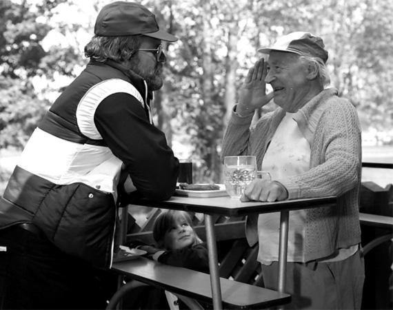 Bánhidi László (1906-1984) - Majd' hat évtizedes színészi pályafutása alatt Bánhidi László olyan népszerű filmekben és sorozatokban játszott, mint a Keménykalap és krumpliorr, A tizedes meg a többiek vagy az Indul a bakterház, de ő volt a Tüskevár Matula bácsija is. Az Ötvös Csöpi filmekben pedig Matuska bácsit formálta meg, aki egyszerre kémkedett Csöpinek, és próbált meg minél több bőrt lehúzni a nyugati turistákról. 1982-ben bekövetkezett halála miatt csak A pogány Madonnában és a Csak semmi pánikban szerepelt.