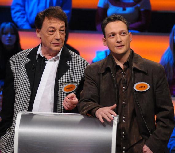 Fiával az RTL Klub Széf című vetélkedőjében. Fenyő Dávid örökölte apja tehetségét, zongorán játszott például a Park együttesben.