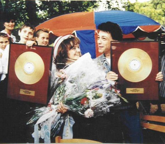 Szandival összesen négy lemezt készített, nagy szerepe volt abban, hogy Kicsi lány című albumával 13 évesen az énekesnő lett a legfiatalabb magyar platinalemezes előadó. A kép Szandi 1990-es ballagásán készült.