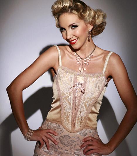 Kapócs ZsókaA szőke színésznőt 2001-ben ismerhette meg a nagyközönség, a Miss World Hungary győzteseként, ám az évek során többször is bizonyította, nem csak szép, tehetséges is. Számos színpadi szerepe mellett önálló estjén is láthatják a színházba járók.