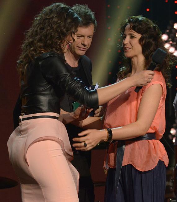 Ördög Nóra szoknyája oldalról legalább olyan érdekes, mint szemből - éppen Gubás Gabinak gratulál, aki Az év hazai gyermekalbuma vagy -hangfelvétele kategória nyertese lett.