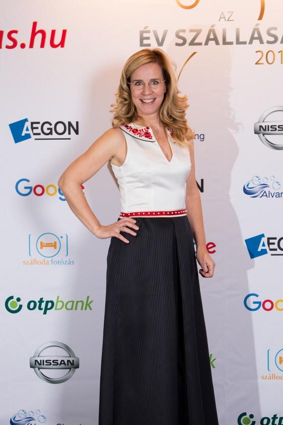 Az RTL Klub időjósa a díjkiosztó háziasszonyaként ezt a gyönyörű, Hrivnák Tünde által tervezett ruhát viselte - az esküvői ruháját is ő tervezte.