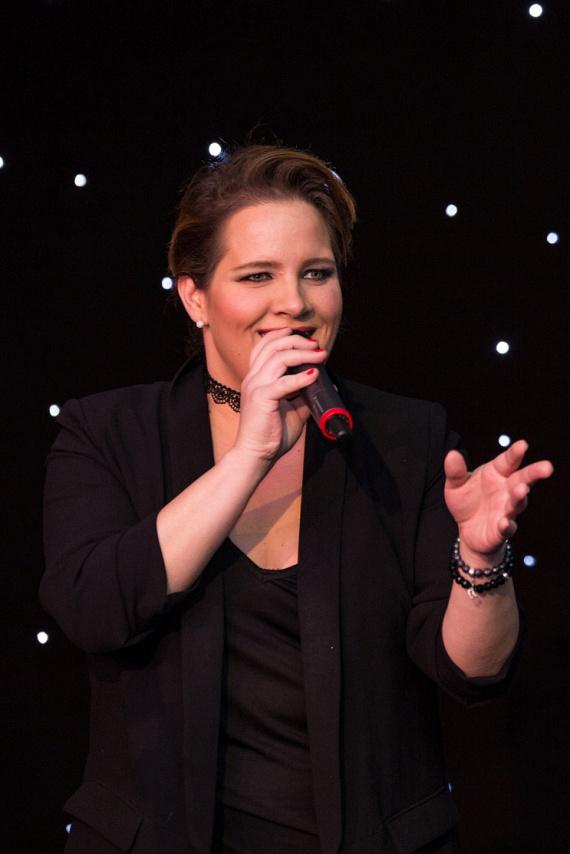 A nagyszabású rendezvényen a több mint 30 kilótól megszabadult Tóth Vera nem csak énekhangját, de dögös alakját is megmutatta.