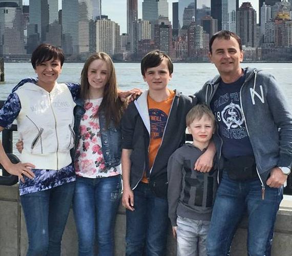 A 39 éves Szandi már 16 éve él boldog házasságban Bogdán Csabával, akitől három gyermeke született. A legidősebb, Blanka már 16 éves, Domonkos 13 éves, Csaba pedig kilencéves.
