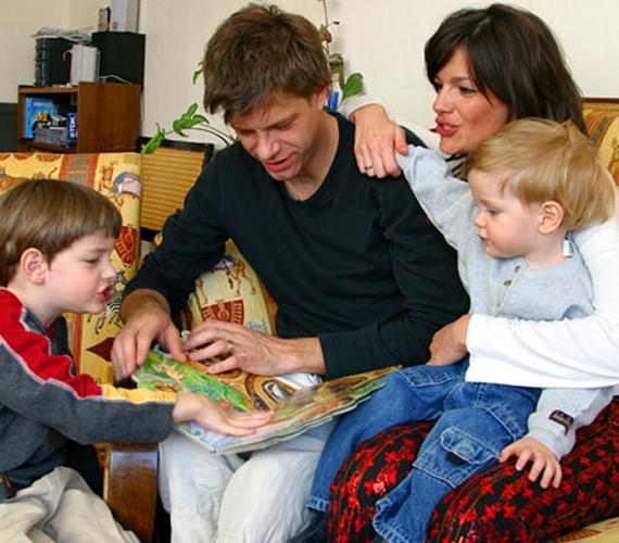 A 43 éves Till Attiláról köztudott, hogy imádja feleségét, aki az évek során három gyönyörű fiúgyermekkel ajándékozta meg, Simonnal, Andorral és Felixszel.