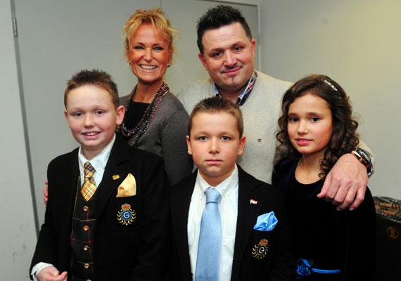 Galambos Lajos feleségével és gyerekeikkel 2011 januárjában Mága Zoltán újévi koncertjén. Boginak két öccse van, az ifjabbik Lajos, aki lassan 16 éves lesz, és 14 éves István.