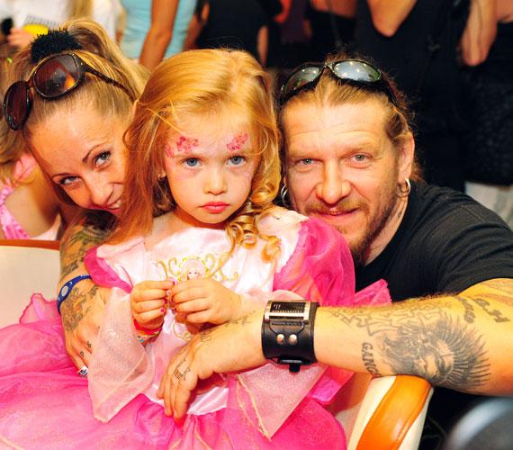 2011-ben, szülei ölelésében, ugyancsak hercegnőnek öltözve - akkor a pink volt a befutó.