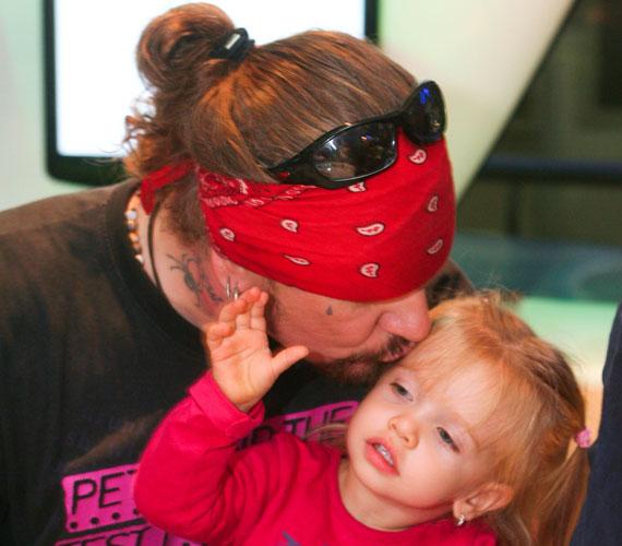 2009 szeptemberében készült a fotó, melyen a büszke apa puszit lehel kétéves kislánya homlokára.