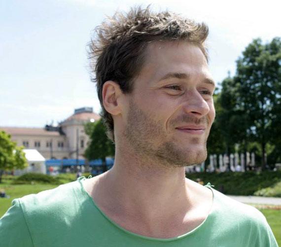 A 31 éves Gáspár Gergely 15 éve zenél együtt Erdész Tamással. Zenekaruk néha több emberből állt, de a többiek időnként lemorzsolódtak, ők ketten maradtak fix emberként.