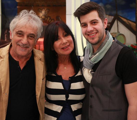 Eszményi Viktória énekesnő és Heilig Gábor zeneszerző fia, Tamás is a szülei nyomdokába lépett, a vetélkedő állandó zenekarában, a Gitano Live-ban játszik.