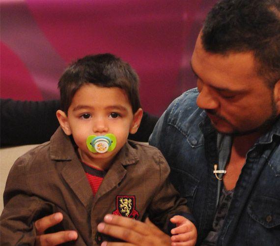 Az énekest általában nem kíséri el fellépéseire kisfia, ám amikor ott van vele, gyakorta felmegy ő is a színpadra meghajolni.