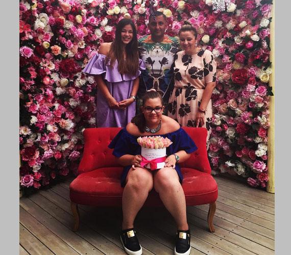 Közös családi fotó Virág 13. születésnapjáról: elöl az ünnepelt, mögötte Evelin, Gáspár Győző és felesége, Bea. A legtöbben ezen a fotón kritizálták Győzike kisebbik lányát a túlsúlya miatt.
