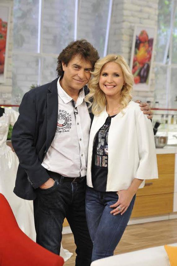 A két színész lassan tíz éve alkot egy párt, de olyanok, mint a friss szerelmesek - elég megnézni a Duna TV Család-barát című műsorában készült fotót, süt róluk a boldogság.