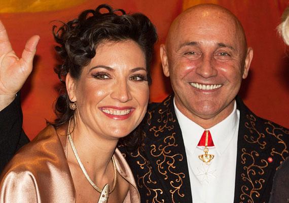 Pataky Attila 63 évesen, 2014 októberében harmadszorra állt az oltár elé. Felesége, Orsi 28 évvel fiatalabb az Edda énekesénél.